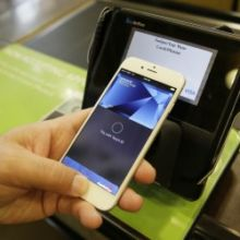 Selon le quotidien financier, la chute de l'action en Bourse de la firme de Cupertino est liée à un piratage informatique touchant Apple Pay.