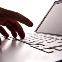 Apparue le 18 décembre 2013, la loi de programmation militaire devait obliger les entreprises stratégiques à prévenir l'État en cas de cyberattaque.