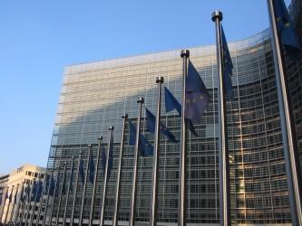 En France, les obligations prévues dans les dispositifs légaux ou règlementaires liés à la cybercriminalité ne s'adressent qu'aux opérateurs d'importance vitale ou OIV, un concept plus large que celui d'opérateurs d'infrastructure essentielle.